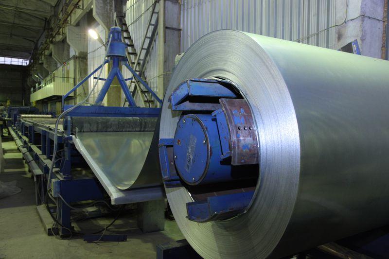 оборудование вытягивает лист железа, производство профнастила